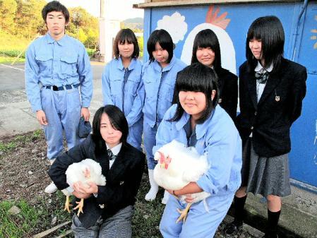 ■ホテルのランチに使われる但農鶏と、鶏を育てた生徒ら=養父市八鹿町高柳、兵庫県立但馬農業高校