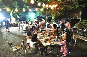 寺の敷地内でビアガーデンを楽しむ住民ら=浜松市天竜区水窪町