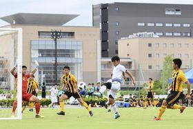 Jヴィレッジで開かれた、12都府県の中高生年代チームが参加するサッカー大会=20日午後、福島県