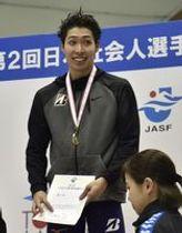 男子200メートル個人メドレーで優勝し、表彰式で笑顔を見せる萩野公介=富士水泳場