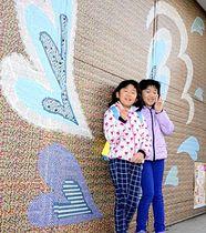 マステアートの前で記念撮影する参加者の子どもたち