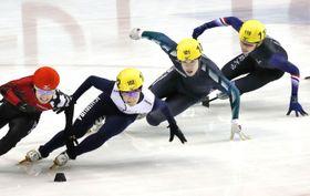 男子500メートル決勝 滑走する(左端から)2位の横山大希、優勝の吉永一貴、3位の坂爪亮介=名古屋市ガイシプラザ
