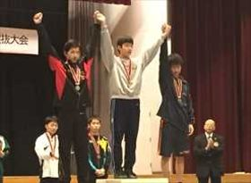 男子56キロ級で優勝した小泉直也(足利南、中央)=提供写真