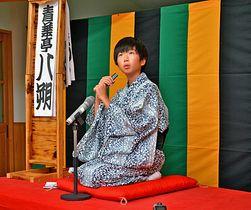 東京公演に向け、稽古の成果を披露する児童=島根県奥出雲町高尾、高尾小学校
