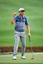 欧州ゴルフのアルフレッド・ダンヒル選手権最終日、優勝を決めてガッツポーズのデービッド・リプスキー=16日、マレラン(ゲッティ=共同)