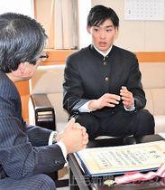 全国高校総体と国体の優勝を報告する小林(右)=県庁