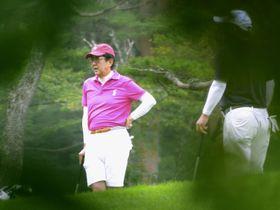 ゴルフを楽しむ安倍首相=19日午前、山梨県山中湖村