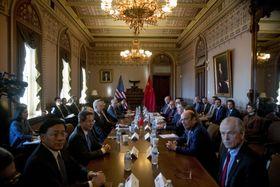 米中貿易協議に臨む担当閣僚ら=30日、ワシントン(AP=共同)