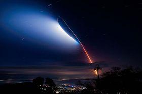 都城市高崎町のたちばな天文台で撮影されたイプシロン飛行後の夜光雲=18日午前6時6分から5分間撮影(岩穴口栄市さん提供)