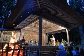 かがり火が照らす舞台で演じられた能「船弁慶」=14日午後6時48分、平泉町・中尊寺