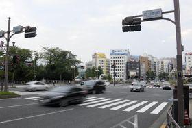 男児が緊急走行中のパトカーにはねられる事故があった交差点=18日午後5時20分、東京都千代田区