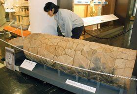 修復して四半世紀ぶりに展示された円筒棺。円筒にぐるりと綾杉の文様が施されている(木津川市山城町・府立山城郷土資料館)