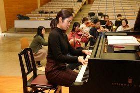 オーケストラをバックにリハーサルに臨む片岡さん=8日、くらしき作陽大