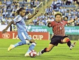 磐田―札幌 後半12分、磐田のロドリゲス(左)がゴールを決め同点に追い付く=ヤマハスタジアム