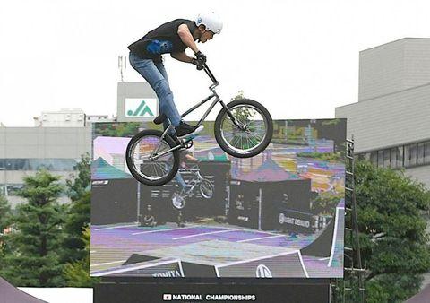 華麗な空中技を披露するパークの選手=岡山市役所駐車場