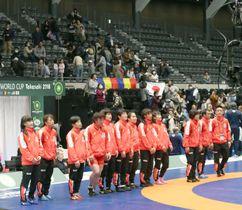 レスリング女子の国別対抗戦W杯1次リーグで3連勝し、観客にあいさつする日本選手ら=17日、群馬県高崎市の高崎アリーナ