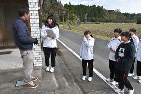徘徊者捜索模擬訓練で認知症役の住民に声を掛ける日南学園高看護科の生徒