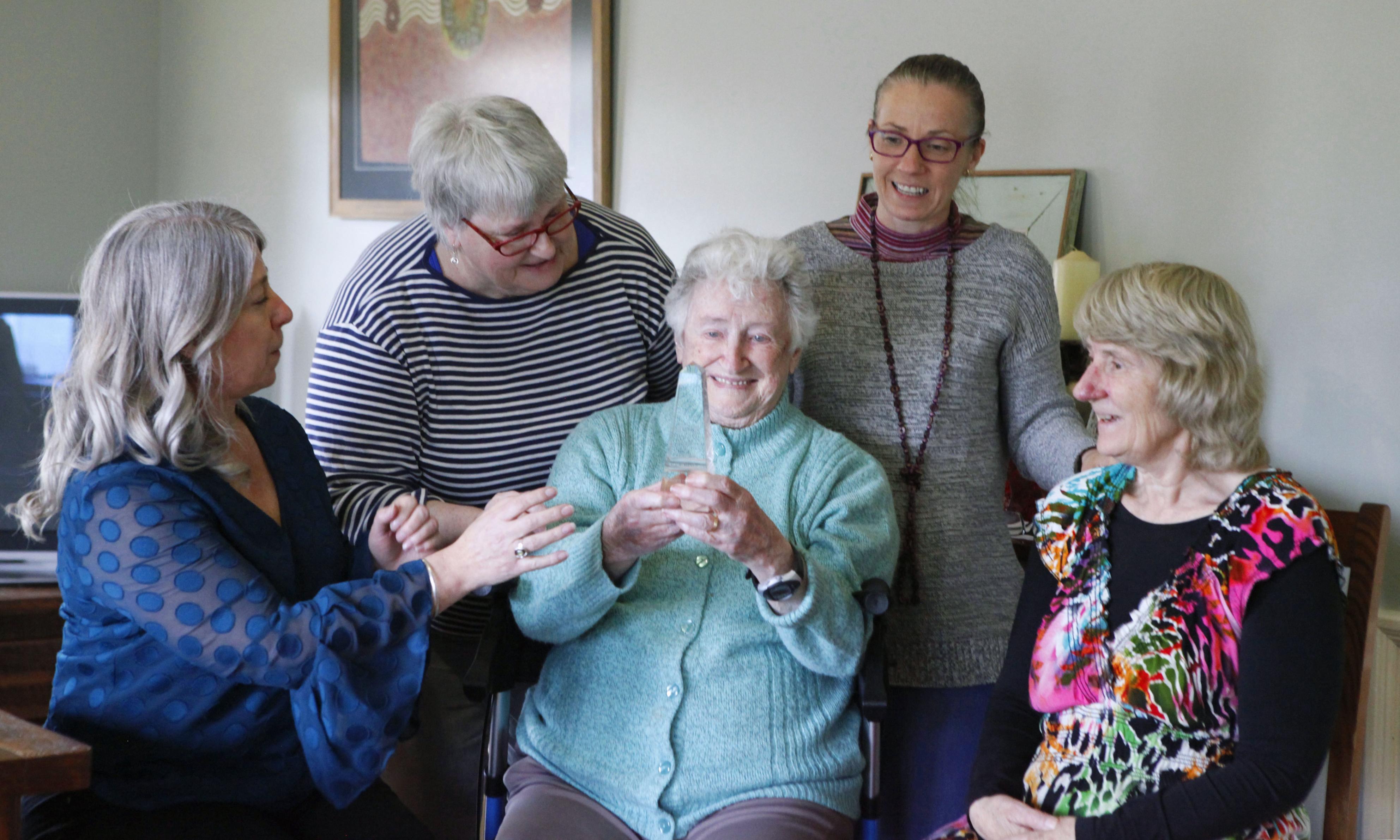 故ピーター・ノーマンの受賞を喜ぶ遺族。記念のトロフィーを手に笑顔の母テルマ(中央)、先妻ルース(右端)、長女ジャニータ(左端)=9月、オーストラリア・ビクトリア州(共同)