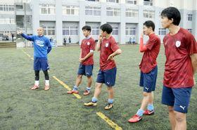 サッカー部員を指導する小野選手(左)=徳島市立高