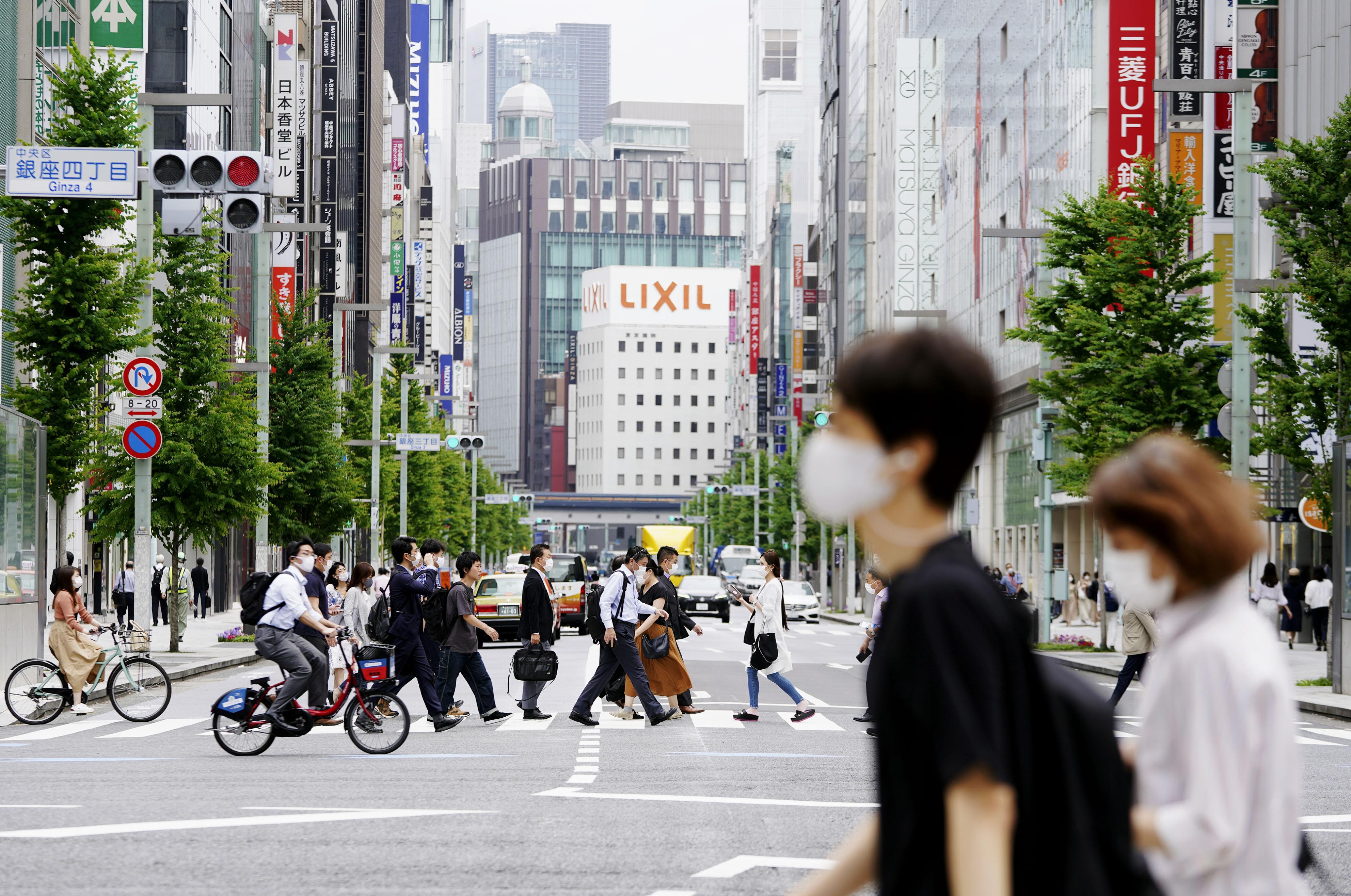 人通りもまばらな東京・銀座=26日午前10時26分