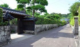 日本遺産に認定された蒲生麓。武家屋敷通りに武家門や生け垣が残る=姶良市蒲生町上久徳