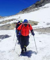 南米大陸最高峰アコンカグアへの登頂を断念し、下山する三浦雄一郎さん(手前)=20日(ミウラ・ドルフィンズ提供)