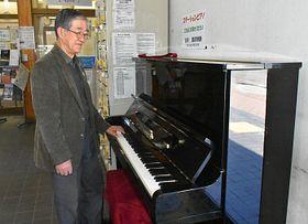 しなの鉄道屋代駅に寄贈したピアノの音色を確かめる柳沢さん