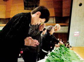 今治市の戦没者、戦災死没者らの追悼式で献花する参列者