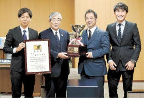 亀山市長(左から2人目)に優勝を報告した阿部監督(右から2人目)ら
