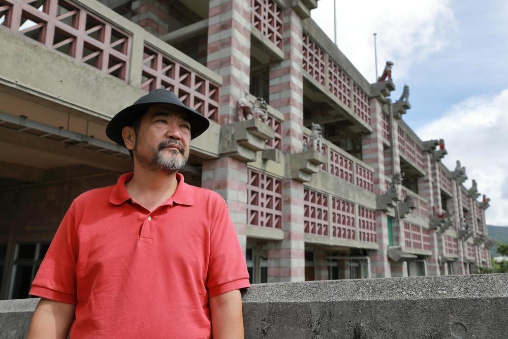 沖縄県名護市役所の前に立つ宮城康博さん。住民投票の旗振り役として、その後市議として、市役所には市民、職員らと熱っぽい意見を交わした思い出が残っている=10月13日(撮影・堀誠)