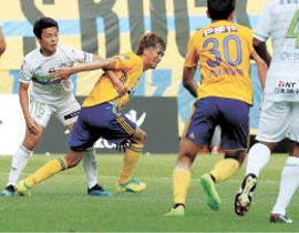 ルヴァン杯のホーム湘南戦で前線に飛び出し、相手と競り合う平岡(左から2人目)