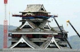 鉄骨が差し込まれ、復旧作業が進む熊本城の大天守。最上部を解体して再建する=20日午後、熊本市中央区