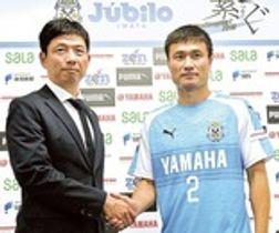 磐田の服部強化本部長(左)と握手を交わす今野=ヤマハスタジアム