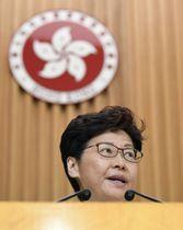 記者会見する香港の林鄭月娥行政長官=15日、香港(共同)
