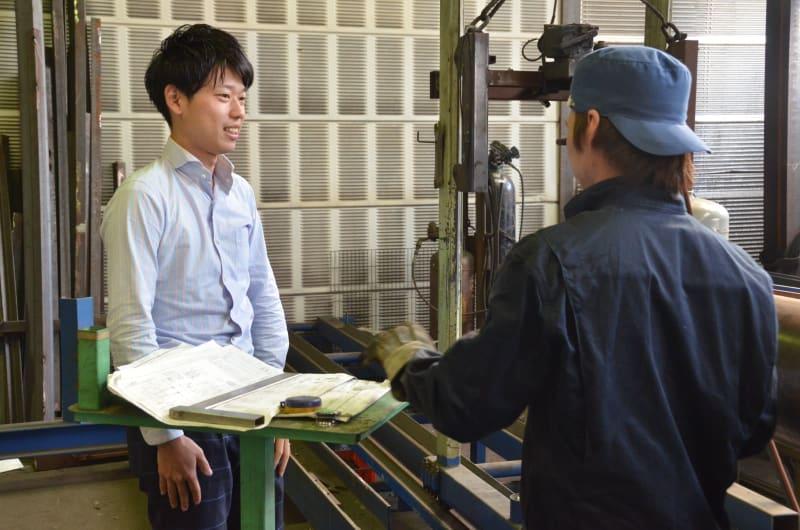 工場で社員とコミュニケーションを取る野見山さん