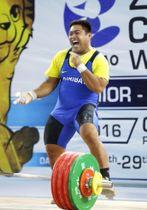 重量挙げ英連邦大会でコミカルなダンスを披露するデービッド・カトアタウ=マレーシア・ペナン島(撮影・大里直也、共同)