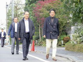 私邸周辺を歩く安倍首相(右)=9日午後、東京都渋谷区