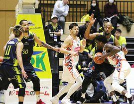 信州―広島 第3クオーター、激しい守備を見せる信州の選手たち。広島に快勝し、連敗を2で止めた