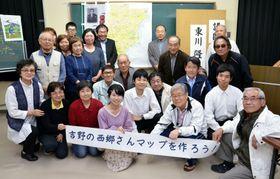 「吉野の西郷さんマップ」の作成に取り組んだ参加者=鹿児島市の吉野公民館
