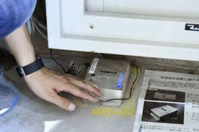 建物内の揺れを観測するために設置された加速度計=7月、横浜市の横浜国立大