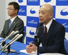 記者会見する中部国際空港会社の友添雅直社長(左)と後任に就く犬塚力氏=26日午前、愛知県常滑市