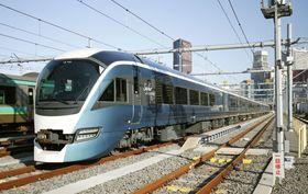 報道陣に公開された観光特急列車「サフィール踊り子」の車両=16日午前、東京都港区