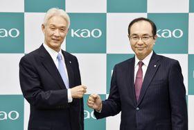 花王の沢田道隆社長(左)とポーズをとる長谷部佳宏氏=29日午後、東京都中央区