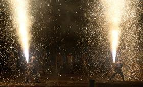 豊橋祇園祭で火柱を噴き上げる手筒花火=20日夜、愛知県豊橋市の吉田神社