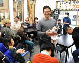 入所者からの歓迎に感謝する佐々木和紀さん(中央)=西之表市安城