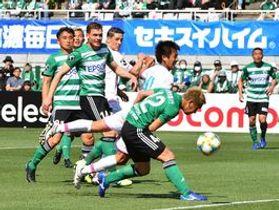 鳥栖-松本 前半25分、鳥栖MF松岡(手前から2人目)がクロスボールに反応するも相手の守備に阻まれる=長野県松本市のサンプロアルウィン