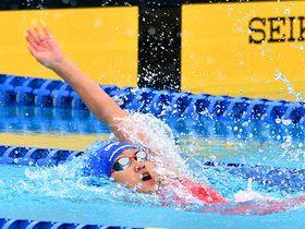〈競泳女子200メートル背泳ぎ〉2分21秒05で優勝した長岡愛海(山形五)=山形市総合スポーツセンター屋外プール