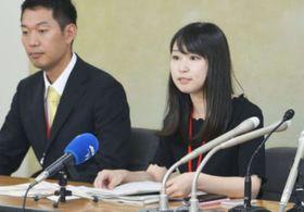 厚労省で記者会見するグラビア女優でライターの石川優実さん(右)=3日午後