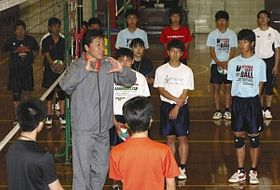 高校生に基本動作について指導する川合さん=碧南市の碧南工高で