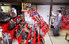 華やかなひな人形に見入る来場者=南島原市、浦川酒造